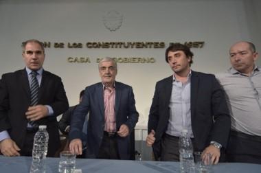Movimientos. Desde la izquierda, el ministro Oca, Das Neves y Gilardino en el acto de ayer con los anuncios.