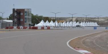 La imagen corresponde al ingreso a la recta principal del autódromo, con la Torre y las carpas de fondo.