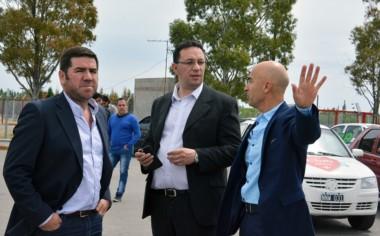 El intendente Maderna, junto a Ñonquepán y Aidar Bestene.