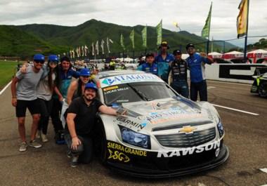 Lucas Valle, con el equipo del RV Racing, que ayer le permitió contar con Chevrolet que ganó la primera serie. Hoy va por el título en el TR Series.