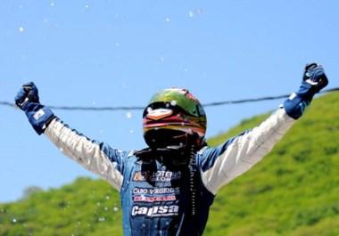 Abrazo al cielo. Lucas Valle se bajó de su Chevrolet y se subió al techo para extender sus brazos y agradecer por el título. Es el nuevo campeón.