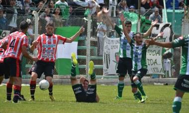 Darío Zampini en sl suelo, Pellejero y Sosa reclamando una falta en el área rival que no fue cobrada. La polémica desatada en el primer tiempo.