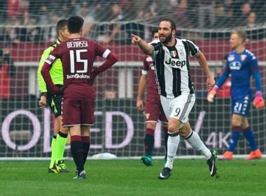 Higuaín metió un doblete y festejó en el Derby de Turín.