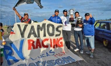 Trofeo en mano, Lucas, Maxi y Roberto Valle festejaron el título. Así recibieron los fanáticos y amigos a los héroes del Top Race Series.
