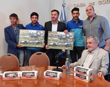 En la visita, los Valle le regalaron a Das Neves algunos cuadros y autos de colección para sus nietos.