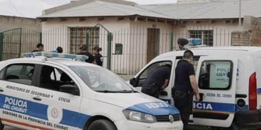 Aquí se puede ver a la Policía irrumpiendo en la vivienda de la calle Oneto del barrio Corradi de Trelew.