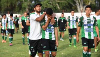 """El """"Tochi"""" Salinas, que no pudo jugar por suspensión, consuela a sus compañeros."""
