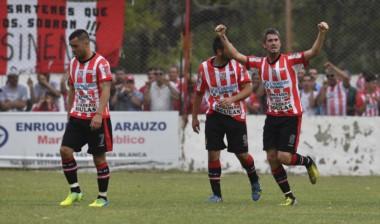 Nicolás Ballestero, figura en los dos partidos, anotó el primer gol de Sansinena.