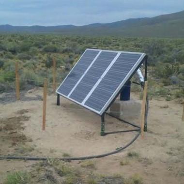 Lista. La bombas solares están en plena instalación en Paso de Indios.