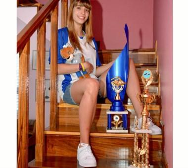 Bañada en oro. Julieta Lema con el peluche de los Juegos de la Araucanía y los trofeos de mejor nadadora.