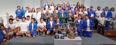 Un merecido agasajo. El gobernador Mario Das Neves junto al gran elenco de deportistas que participaron de la última edición de los Juegos de la Araucanía.
