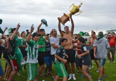 """Una vuelta más. Germinal ganó ayer la Copa """"Héctor Omar Febrero"""" y había ganado la Copa """"Lalo Manríquez"""", dos figuras históricas del """"Verde""""."""
