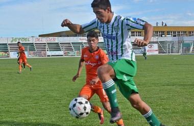 """El """"Monito"""" Salinas avanza con el balón. El lateral izquierdo tuvo un buen desempeño ayer en El Fortín."""
