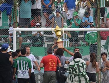 """Con la Copa en alto, los jugadores festejaron con el público del """"Verde""""."""