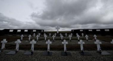 Argentina y Reino Unido acordaron identificar a los soldados NN enterrados en Malvinas.