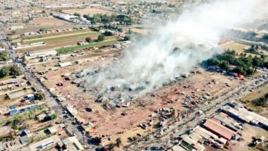 Terrible explosión termina con una fábrica en el mercado de pirotecnia San Pablito de Tultepec.