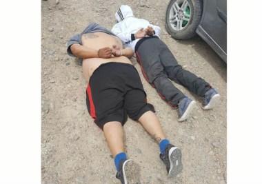 En el piso. El dúo de ladrones fue detenido y se aguardaba su destino.
