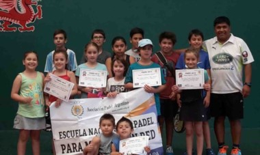 Los chicos recibieron con entusiasmo sus certificados en el evento de fin de año del Club Draig Goch Padel de Trelew.