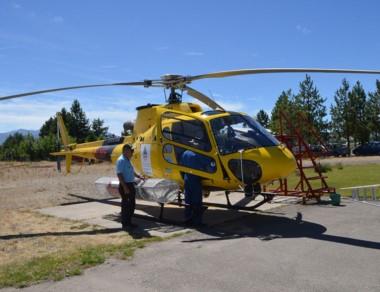 La máquina con el piloto y el mecánico en el helipuerto.