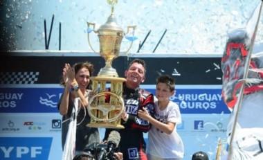 Ortelli en un emotivo festejo en el podio de La Plata junto a su familia.