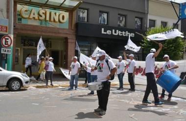 Banderas. Los trabajadores de Casino Club salieron a la calle para movilizarse contra el nuevo tributo.