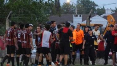 La salvaje agresión al árbitro Elichiri en Ayacucho determinó la eliminación, descenso y multa para Sarmiento.