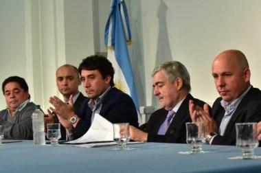Firma. El gobernador Das Neves junto a los intendentes de las localidades que han sido beneficiadas.