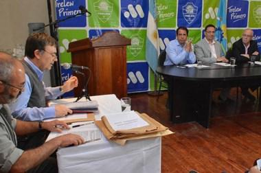 Detalles. Los técnicos leen las ofertas ante la atenta mirada de la cúpula política de la Municipalidad.