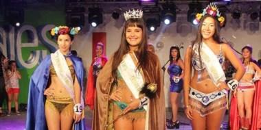 Bellas representantes. Gina Romanella es la nueva reina. La acompañan Melanie Ontiveros  y Camila Paillalaf.