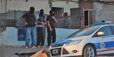 Operativo. Momentos en que la Brigada de  Investigaciones entraba a una propiedad del barrio Tiro Federal.