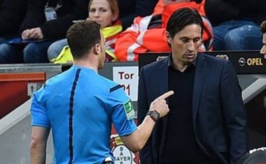 Un capítulo insólito en el fútbol. Roger Schmidt, DT del Leverkusen no aceptó ser expulsado y el árbitro se fue de la cancha.