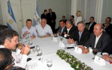 Macri y el gobernador radical Colombi, en la cabecera de la reunión.