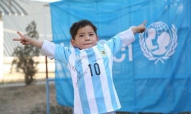 """Messi le envió una casaca firmada al niño afgano de la """"camiseta bolsa"""", que espera conocerlo."""