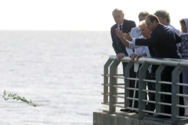 El presidente galo, junto a Estela de Carlotto, frente al río.