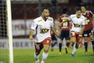 Mariano González celebra su gol, el único del partido.