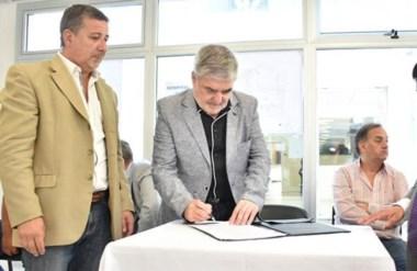 Rúbrica. Das Neves junto al ministro de Infraestructura firmando obras claves para Comodoro Rivadavia.