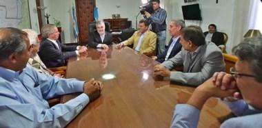 Despacho. Una postal del mandatario chubutense rodeado por los visitantes nacionales, que comprometieron una agenda legislativa conjunta.