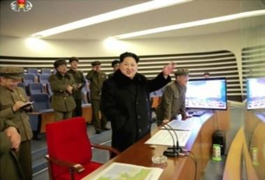La televisión estatal mostró al máximo líder Kim Jong-Un (C) en una reciente prueba misilística.