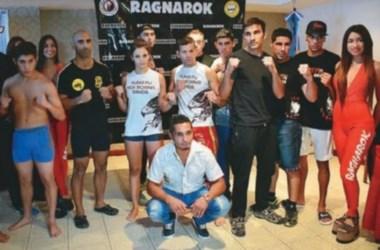 Los deportistas en el pesaje de ayer junto a Fabrizio Arévalo, organizador del espetáculo.