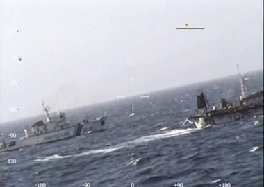 El guardacosta Prefecto Derbes persiguiendo a la embarcación china. (Fotografía de Prefectura Naval Argentina)