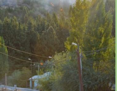 El fuego, muy cerca del barrio Cañadón Bórquez.