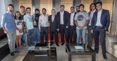 Postal. Das Neves con los referentes de los chicos chubutenses que estudian en La Plata y en Córdoba.