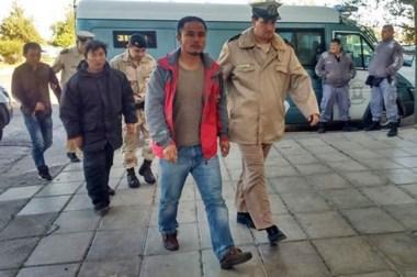 En fila. Tres de los extranjeros, incluido el capitán, llegan hasta el Juzgado Federal aunque no hablaron.
