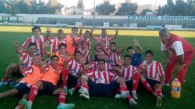 """El plantel """"albirrojo"""" festejó con este gesto en el césped del Municipal de Bariloche."""