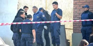 Peritos de la Policía provincial y funcionarios de Fiscalía trabajando en el lugar donde hallaron el cuerpo.