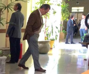 Esperando. Calafell Loza en los pasillos de Fontana 50 en Rawson.