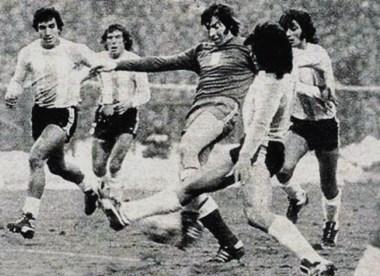 El 24 de marzo de 1976, el dia del golpe militar ,la Selección Argentina venció 2-1 a Polonia en Chorzow.