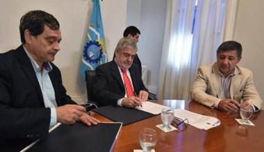 Acuerdo. Ibarra firma las obras para los vecinos de Lago Puelo.