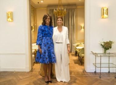Azul y blanco. Una guiño cromático en el abrazo de las First Ladies...
