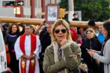 La actriz Eugenía Tobal, en el Vía Crucis Submarino de Puerto Madryn.